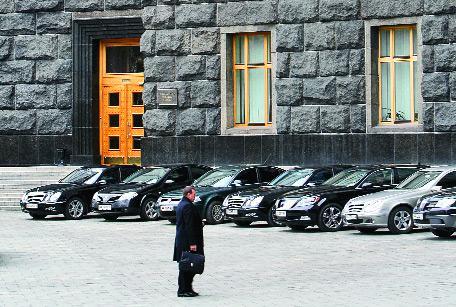 Кабмин разрешил дипломатам не экономить бюджетные средства на авто