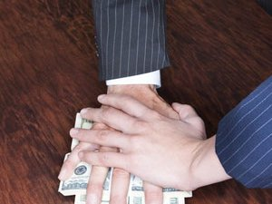 В Киеве на взятке в $170 тыс. задержали двух офицеров СБУ