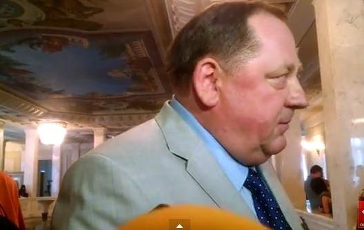 Экс-ректор Мельник явился в Раду с орденами и решением суда