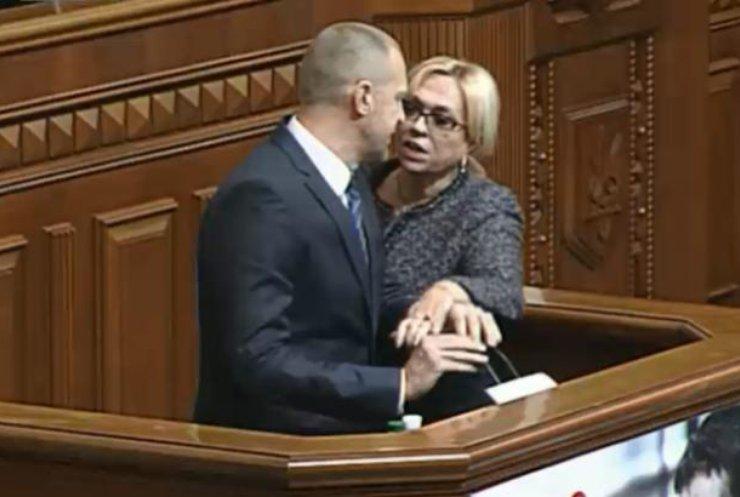 В Раде после перепалки депутат Тетерук ударил Кужель бутылкой