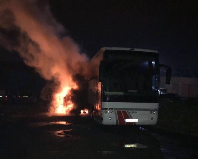 Во Львове провокаторы «подожгли» польский автобус и обклеили его красно-черными листовками (ФОТО)