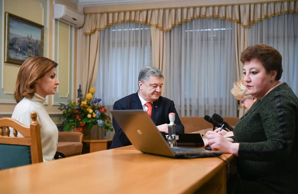Порошенко принес документы в ЦИК