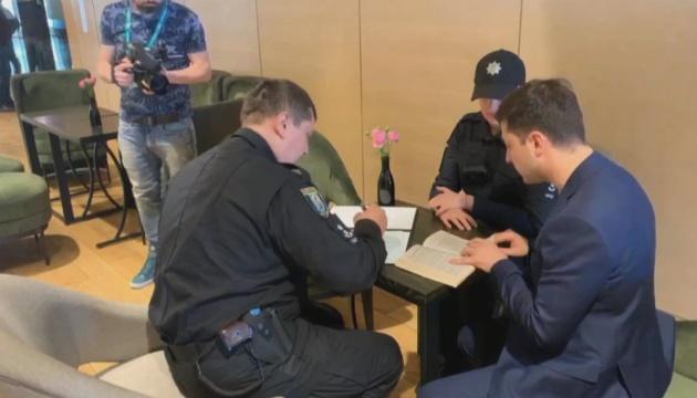 Полиция выписала штраф Зеленскому за демонстрацию бюллетеня
