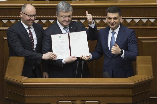 Порошенко подписал Закон об изменении в Конституцию по курсу Украины в ЕС и НАТО