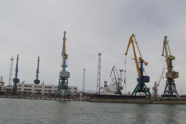 Ренийский порт продает краны для выплаты зарплаты работникам