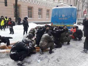 Подчиняйся, а потом обжалуй: в МВД не считают унижением принуждение протестующих встать на колени под Радой