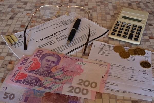 С банковских карт украинцев будут списывать долги по коммуналке