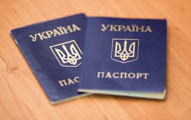 В Украине паспорт-книжечку постепенно выведут из обращения