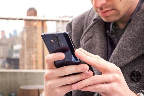 В мире появился первый смартфон с пятью камерами