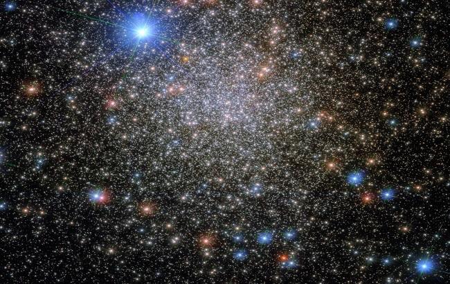 Hubble показал яркое звездное скопление в созвездии Скорпиона