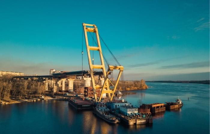 Крупнейший плавкран Европы начал работать на строительстве моста в Запорожье