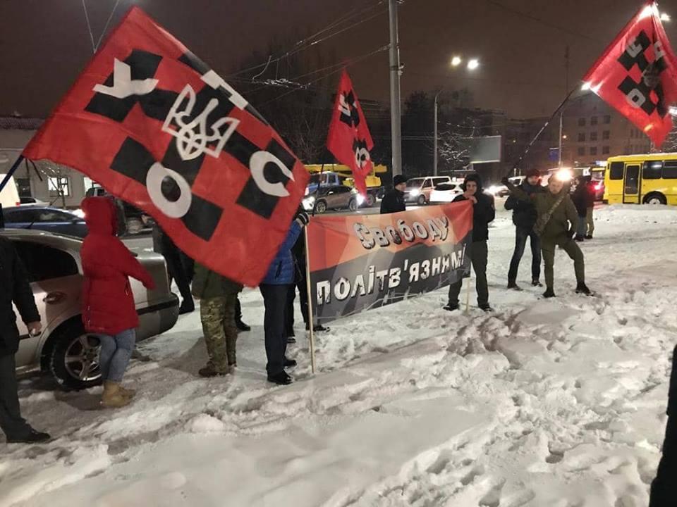 В Киеве у стен посольства РФ «унсовцы» требуют освобождения украинских пленных (ФОТО)