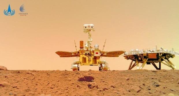 Китайский марсоход прислал новые снимки с Марса (фото)