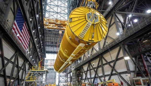 NASA впервые показало гигантскую ракету для полета на Луну (фото)