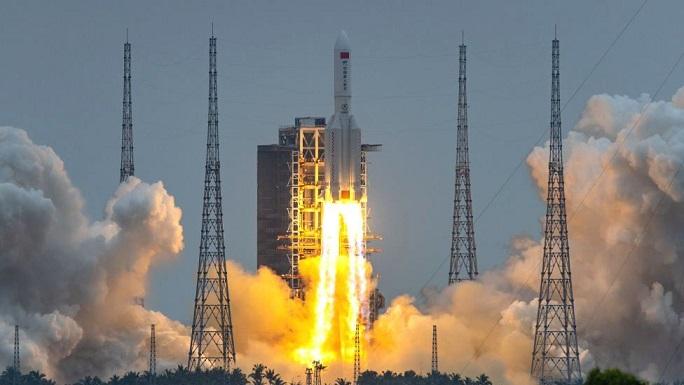 На Землю падает вышедшая из-под контроля тяжелая китайская ракета