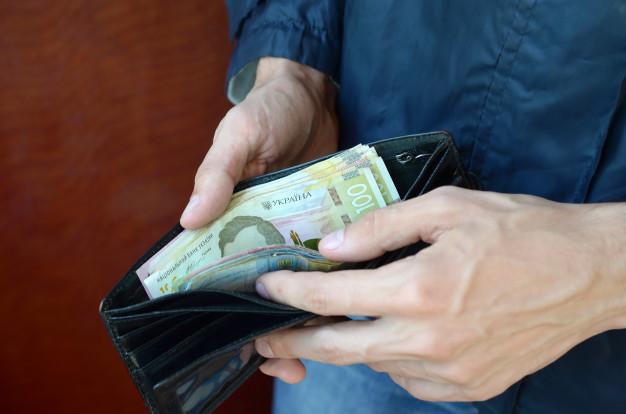 Средняя зарплата украинца за год увеличилась на 1,6%