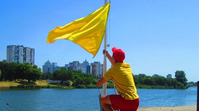 На всех столичных пляжах вывесили желтые флаги