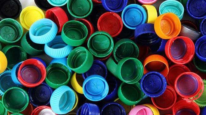 В Грузии из пластиковых крышек от бутылок изготавливают USB-кабели