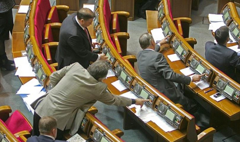 Парламент принял законопроект о наказании депутатов за кнопкодавство