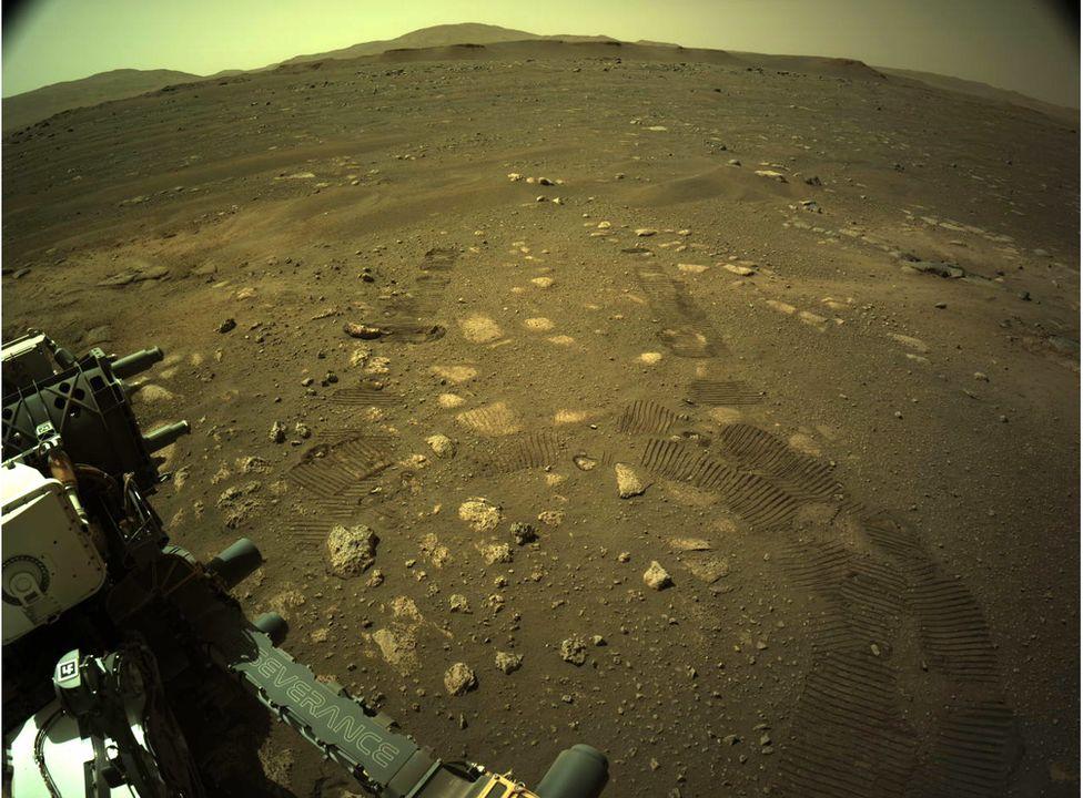 Следы в пыли: марсоход должен проехать около 15 км за первый марсианский год (фото НАСА)