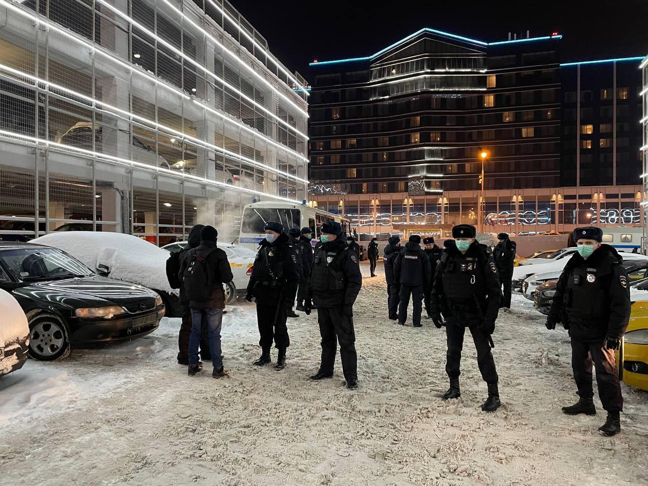 Навальный возвращается в Москву