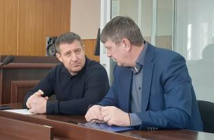 Олег Авер'янов (зліва) у суді