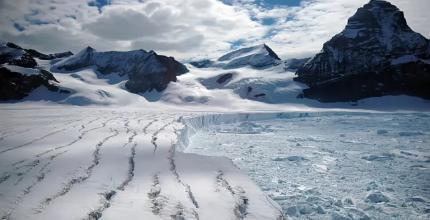 Тріщини на поверхні шельфового льодовика Ларсена біля берегів Антарктичного півострова
